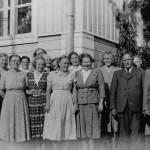 Opettajien kokous Kuoreveden pappilassa vuonna 1951. Takana kurkkiin Aune Laaksi, edessä A. E. Laaksi. Opettajat?