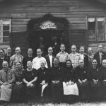 Äitienpäivät Pihlaiston Lepolassa vuonna 1926. Elina Suomi (Otto Varhian äiti) alarivissä 4. vasemmalta (ks. nimet Kuoreveden kirja s. 538)