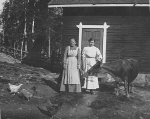 Kuoreveden ensimmäinen opettaja Henni Ahola (vas., o.s. Henrika Makkonen), Hilja Savonen ja Omena