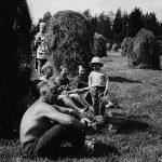 Heinäntekotalkoolaiset kahvitauolla vuonna 1969 Laurilan tilalla. Kuvamuistoja: Maria Laihanen